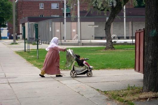 Moradora muçulmana com filho. Foto: Maria da Silveira Lobo.