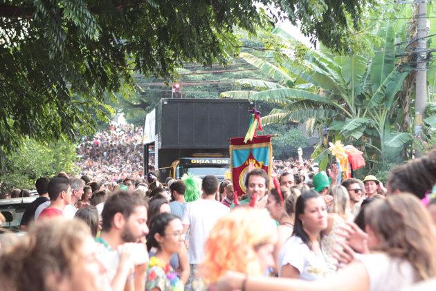 Bloco de carnaval na Vila Madalena, SP, durante o último domingo (23)
